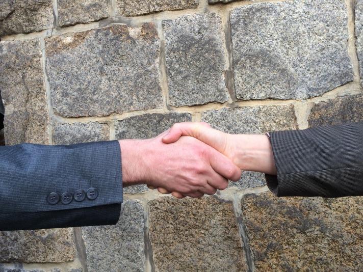handshake-1205055_1920