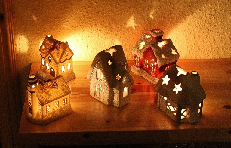 candles-houses-547346_1920